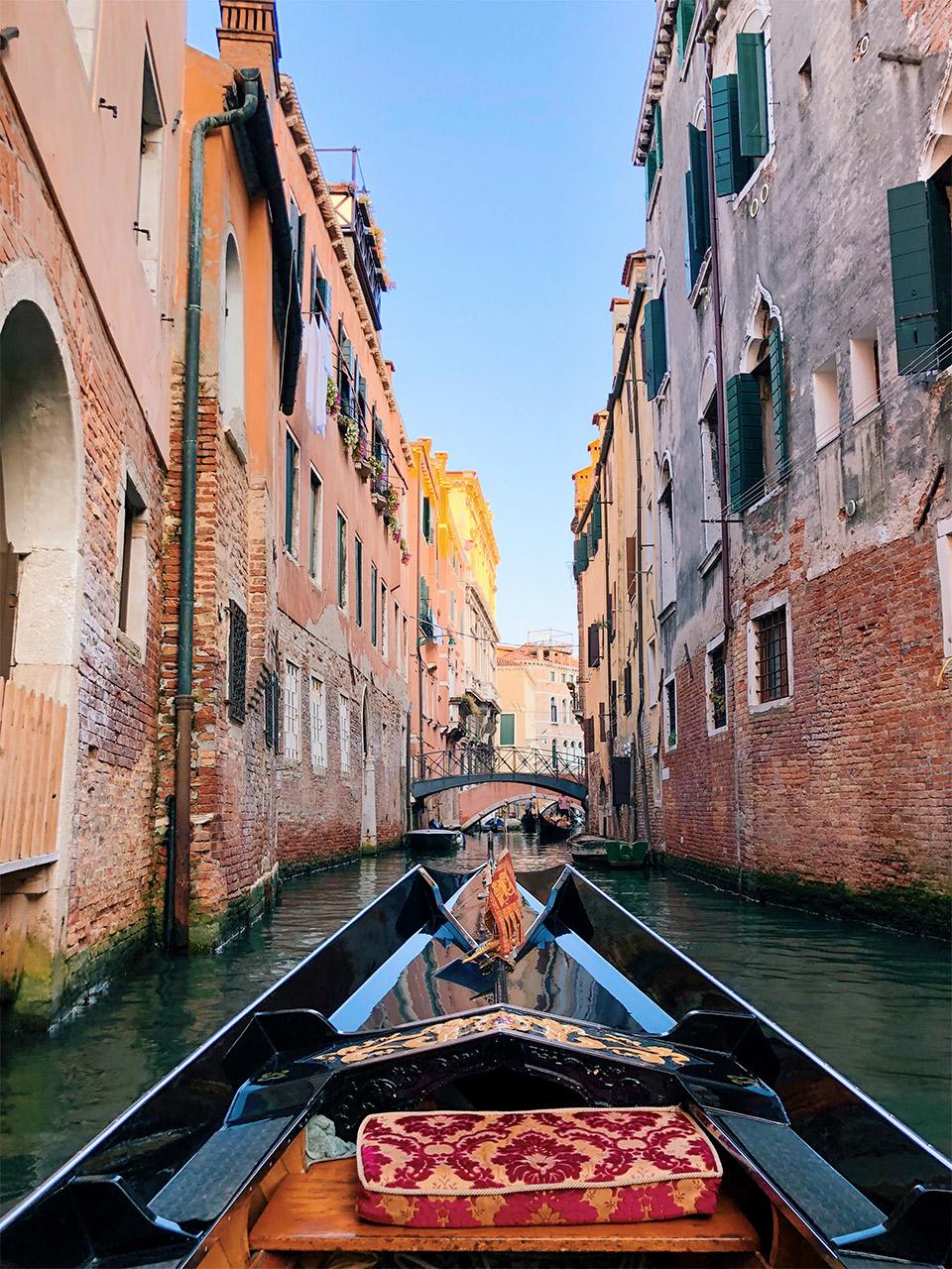Dar-un-paseo-en-gondola-barato,-que-hacer-en-Venecia,-recorrido-en-gondola-por-2-euros-en-Venecia