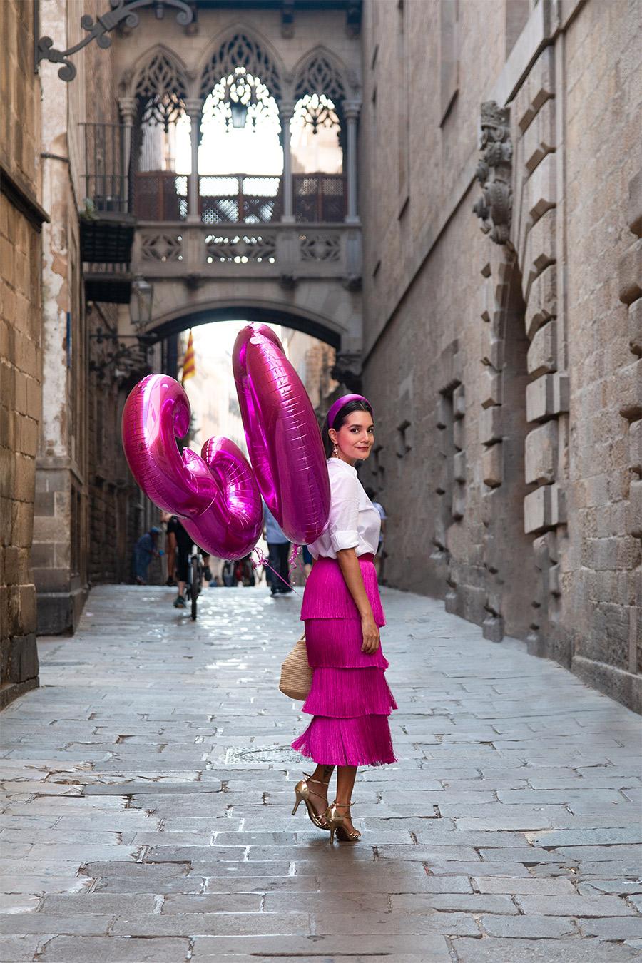 Ideas-de-fotos-de-cumpleaños,-fotos-en-Barcelona,-photoshoot-en-el-barrio-gotico-de-barcelona,-ideas-de-fotos-de-30-años