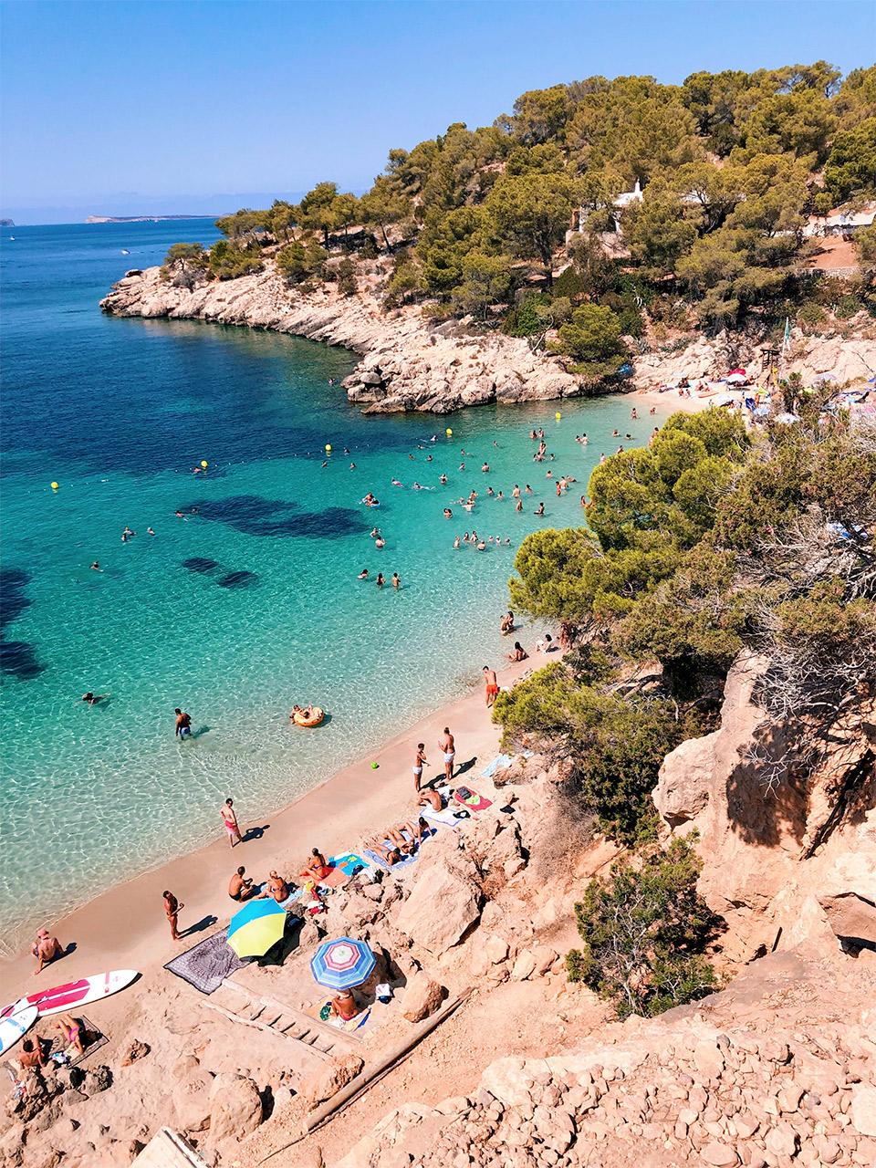 Las-mejores-calas-y-playas-de-Ibiza-Cala-Salada-en-Ibiza-que-hacer-en-Ibiza