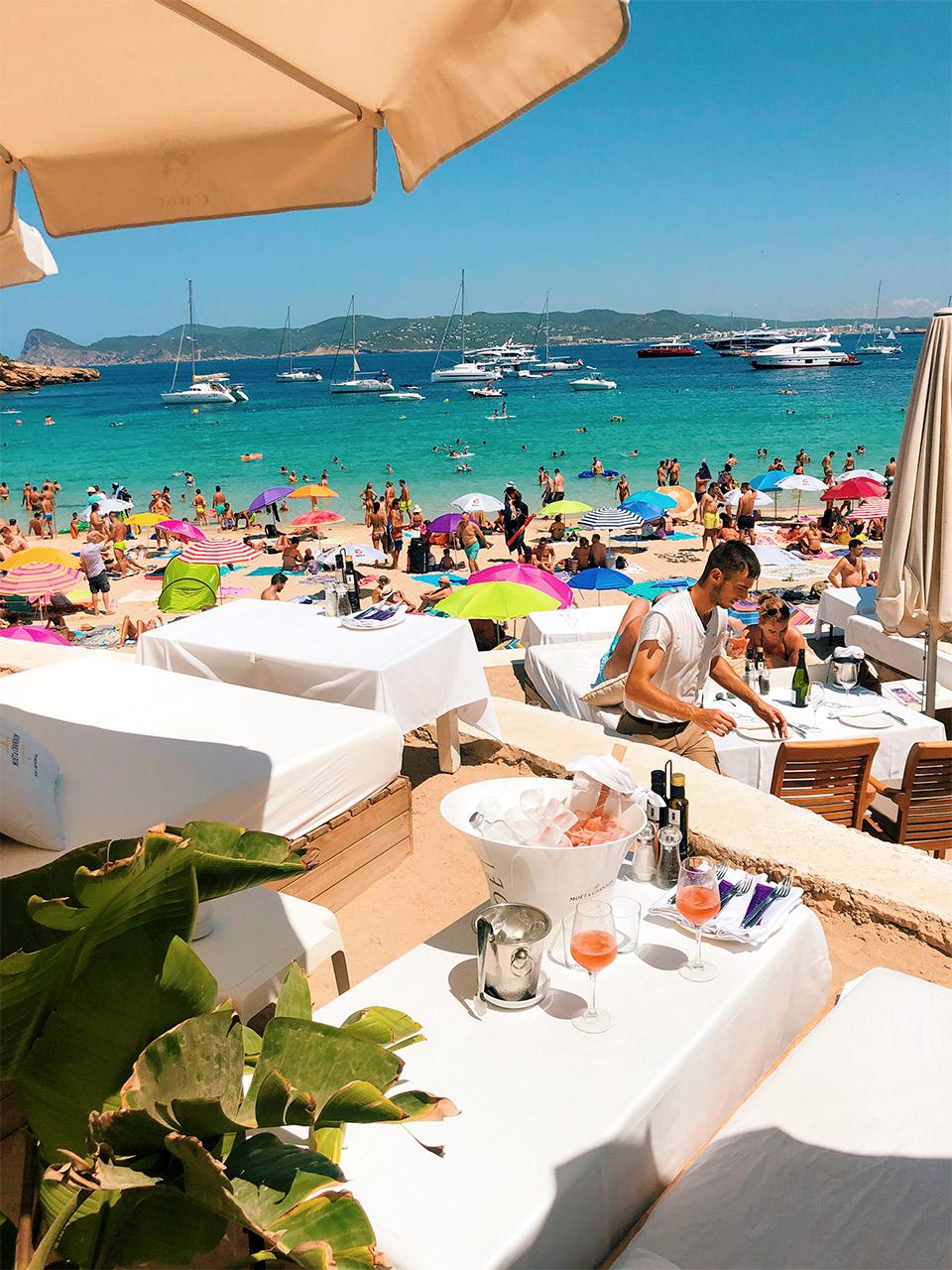 que-hacer-en-Ibiza-las-mejores-calas-y-playas-de-Ibiza-Cala-Bassa-Beach-Club-en-Ibiza