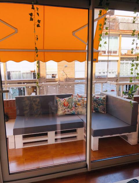 terraza-con-encanto-sofa-de-palets-donde-conseguir-palets-comprar-palets-de-madera-muebles-hechos-con-palets